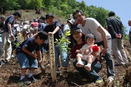 ご家族で参加いただいた『赤ちゃん誕生記念植樹』 (2007年の様子)