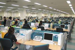 間伐財でできた机・テーブルを導入した損保ジャパンのオフィス