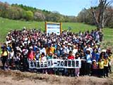「北海道日立グループの森」では、 青空の下、220名の社員とご家族が植樹に参加されました (写真:日立製作所北海道支社提供)