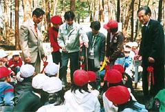 「子どもの森づくり推進事業」の植樹祭のひとこま