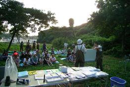 2006年度に活動助成を行ったNPO法人小綱代野外活動調整会議が、紙芝居を使って森林保全の必要性を説いている風景