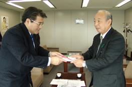 社内で集められた募金を寄付する様子 (NTT東日本 千葉支店グループ)